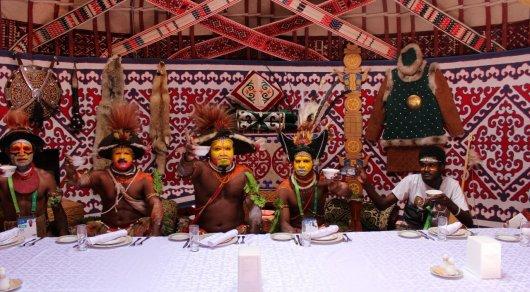 Папуасов из Новой Гвинеи накормили казы и куырдаком в Астане