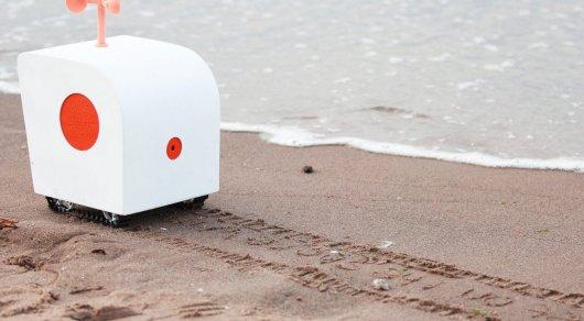 Романтичный робот слушает чаек и пишет стихи на песке