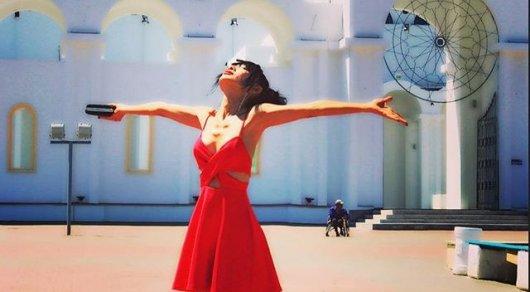 Голливудская актриса в Астане: пьет кумыс, гуляет по городу