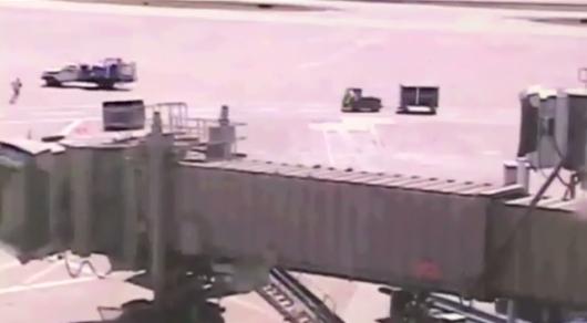 Взрыв предотвращен. Работник аэропорта на ходу запрыгнул в авто с топливом