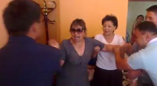 Участницу конфликта в акимате Сатпаева госпитализировали с угрозой выкидыша