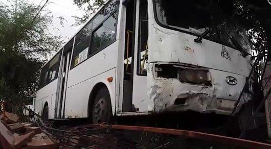Автобус в Алматы врезался в салон ритуальных услуг