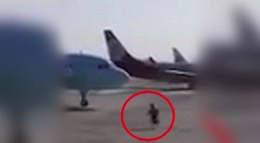 Китаец остановил самолет, который катился без пилота