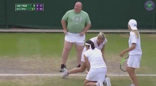 Теннисистки заставили болельщика выйти на корт и надеть юбку
