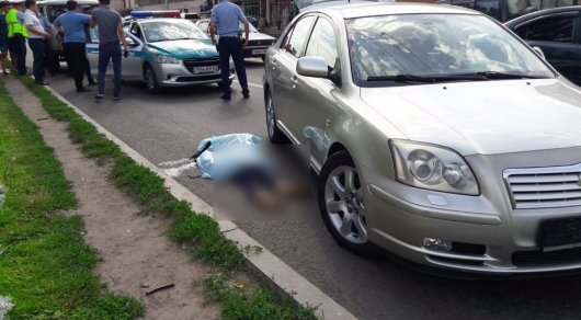 В Алматы автомобиль насмерть сбил женщину