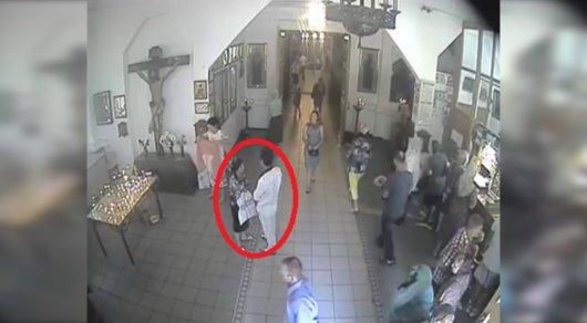 Кража смартфона в Вознесенском соборе в Алматы попала на видео