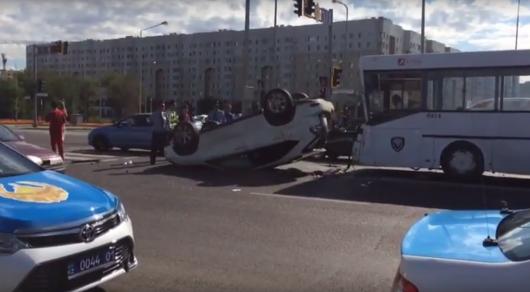 Lexus перевернулся и столкнулся с пассажирским автобусом в Астане