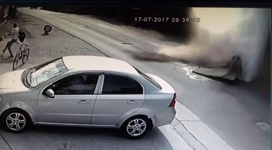 Момент прорыва теплотрассы в Алматы попал на видео