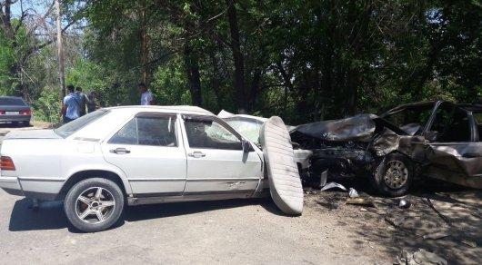 Жесткое лобовое столкновение двух авто произошло близ Алматы, есть пострадавшие