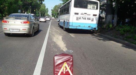 Автобус врезался в частное такси в Алматы