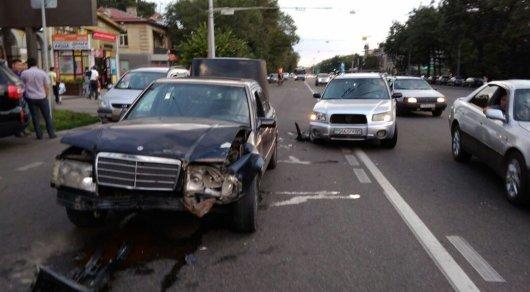 Mercedes выехал на спецполосу и спровоцировал ДТП в Алматы