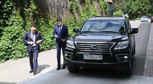 В полиции выясняют, откуда на служебном авто Архимеда Мухамбетова появился фейковый номер