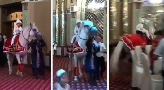 Взбесившаяся лошадь с ребенком в седле напугала гостей на тое