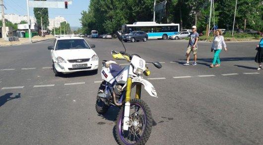 Пара на мотоцикле пострадала в ДТП в Алматы