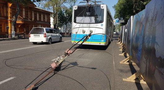 Сорванные троллейбусные провода разбили стекла автобуса в Алматы