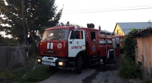 Странный пожар в Алматы: Неизвестные подожгли авто и несколько складских помещений