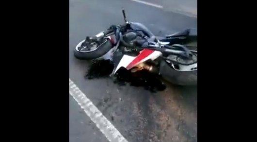 Мотоциклист в Астане врезался в машину Air Astana на Bus Lane