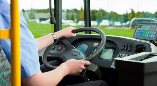 В Астане водитель остановил автобус, чтобы помочь девушке отбиться от грабителя