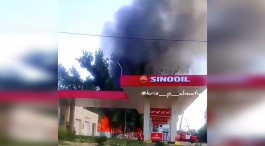 В Алматы загорелись цех и жилой дом возле заправки