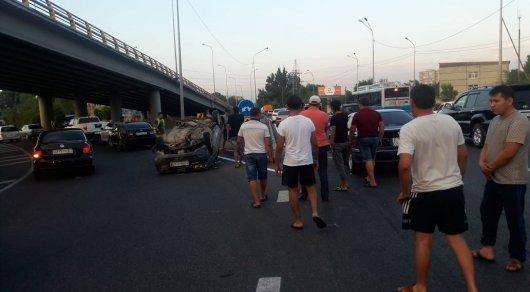 Audi перевернулась после крупного ДТП в Алматы