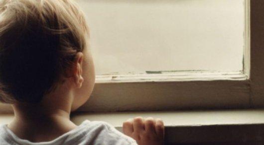 Трехлетний ребенок выпал из окна 6-го этажа в Астане