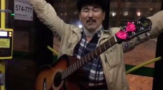 Шымкентский музыкант играет на гитаре в автобусах Астаны