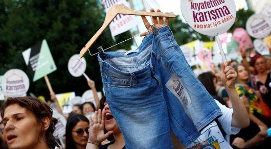 """""""Не трогайте мою одежду"""": Cотни женщин вышли на марш протеста в Стамбуле"""