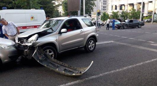 Девушка на Toyota RAV 4 столкнулась с двумя машинами в центре Алматы