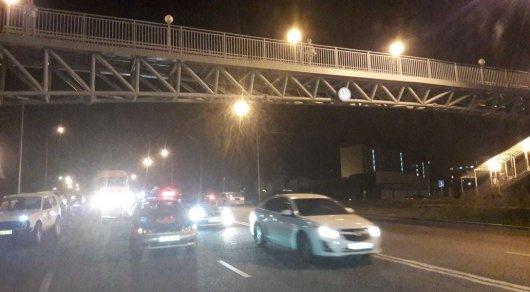Упавшую с пешеходного моста девушку переехало авто в Алматы