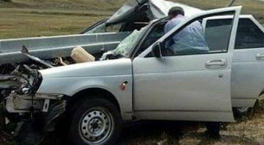 Отбойник прошил авто насквозь в Алматинской области: люди чудом остались живы