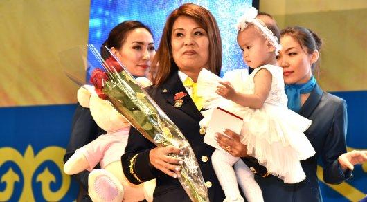 Спасшая 9-месячную девочку проводница поезда получила награду в Астане