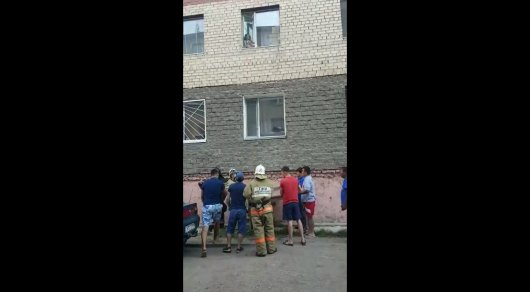 Маленькая девочка едва не выпала из окна многоэтажки в Астане