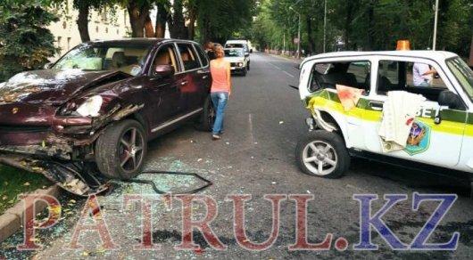 Массовое ДТП в Алматы: Окровавленные охранники вытащили женщин из заблокированной машины