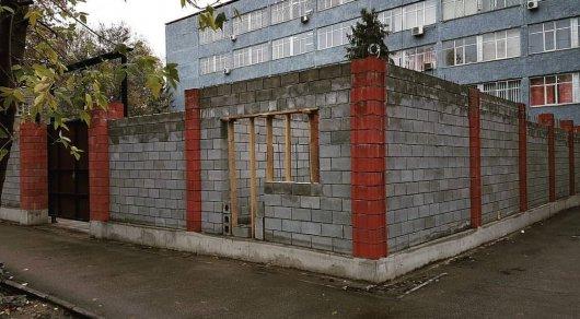 Алматы без заборов: снесут ли ограждения возле зданий РУВД
