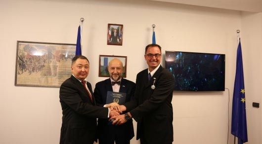 Французского полицейского, спасшего мужчину, наградили в Астане
