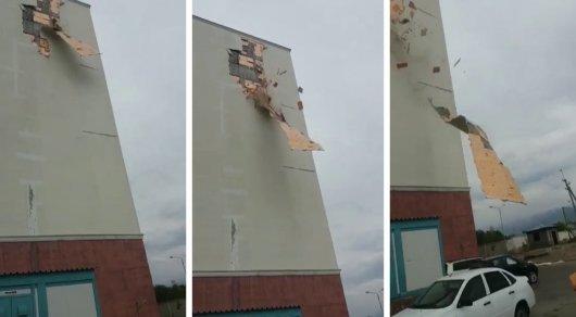 Облицовка нового дома рухнула на авто в Алматы