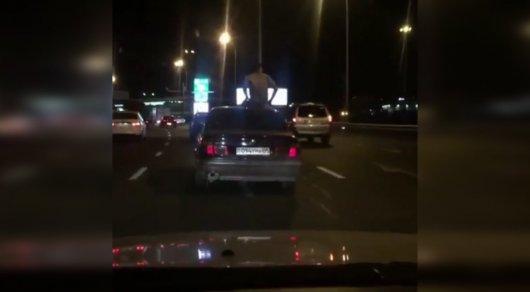 Полицейские ищут высунувшегося из автомобиля на проспекте Аль-Фараби в Алматы мужчину
