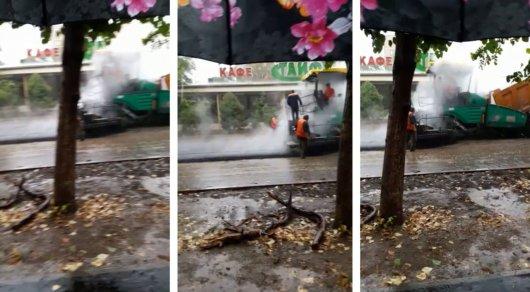Ливень в Алматы: жители сняли на видео протекающий автобус и укладывание асфальта под дождем