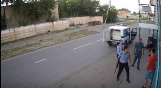 Драка полицейских и задерживаемых попала на видео в Павлодаре