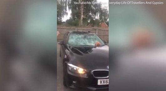 Женщина разбила кувалдой BMW изменившего ей мужа