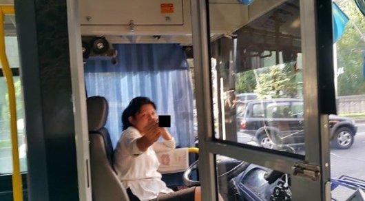 Водитель троллейбуса в Алматы высадила бабушку и показала неприличный жест пассажирам