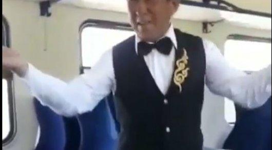 Танцующий проводник в казахстанской электричке позабавил пользователей Сети