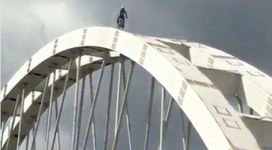 Экстремал попытался спуститься с моста на велосипеде в Астане
