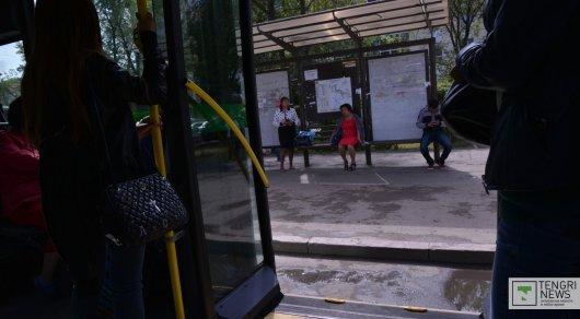 Девушка выпала из автобуса в Астане и попала в больницу