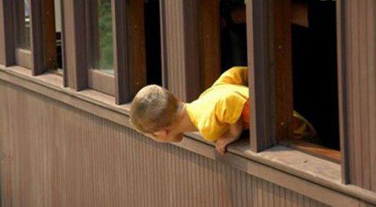 В Семее ребенок выпал из окна 6-го этажа и остался жив