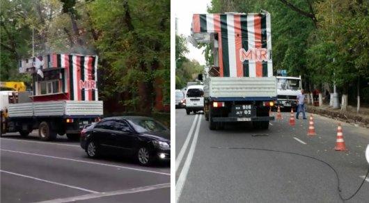 Грузовик повредил троллейбусный провод в Алматы