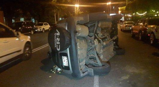 Девушка за рулем Honda опрокинулась, задев элитный Range Rover в Алматы