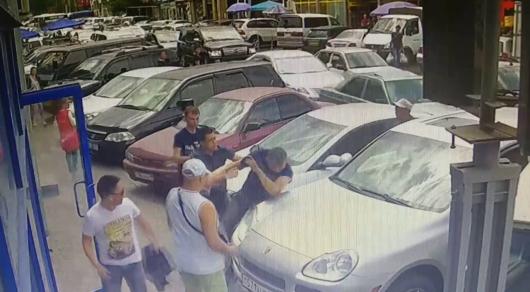 Мужчину избили из-за парковочного места на рынке в Алматы