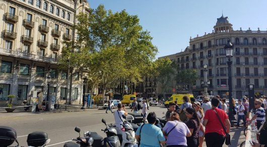 Въехавший втолпу людей вБарселоне шофёр фургона убежал