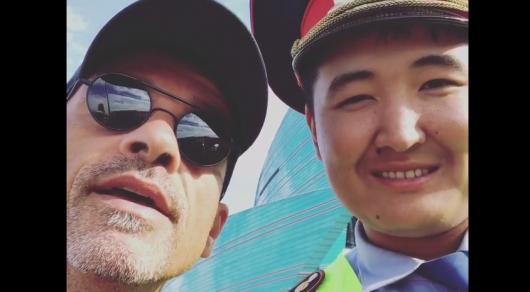 Эрос Рамазотти записал видео с полицейским в Астане